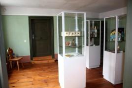Vitrinen im ersten Ausstellungsraum