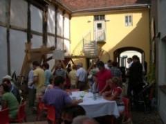 Mit Menschen gefüllter Hof der Bäckerstraße 14