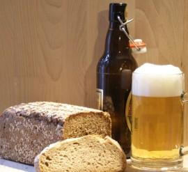 Brotlaib mit Bierglas