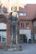 Rolandstatue vor dem gotischen Altstädtischen Rathaus von Brandenburg