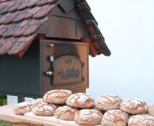 Brotbackofen mit handgestrichenen Bieberschwänzen gedeckt